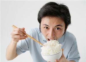 Ăn cơm vội vàng dễ bị bệnh dạ dày