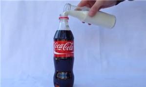 Hiện tượng kỳ lạ khi cho sữa tươi vào chai Cocacola